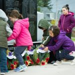 Children placing wreaths 2017
